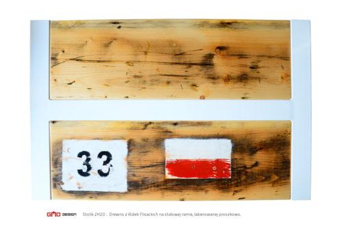 Stolik z łódek flisackich z napisami i numerami