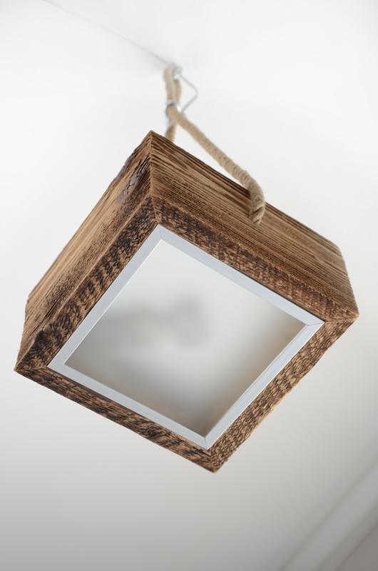 Lampa na linie, piękna kwadratowa lampa ze starego drewna na konopnej linie.