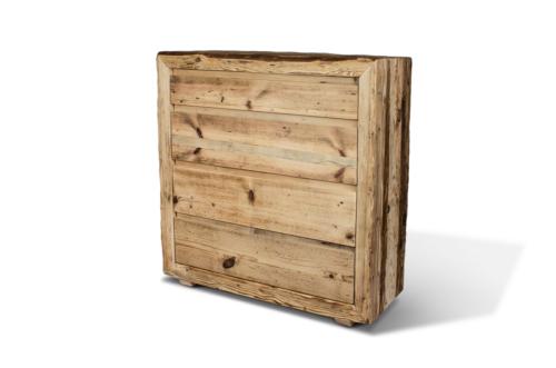 Komoda w ciepłym kolorze z litego drewna z sękami.