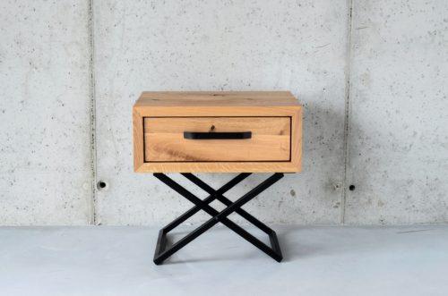 Nowoczesna szafka z litego drewna na stalowej ramie, idealna do nowoczesnych wnętrz